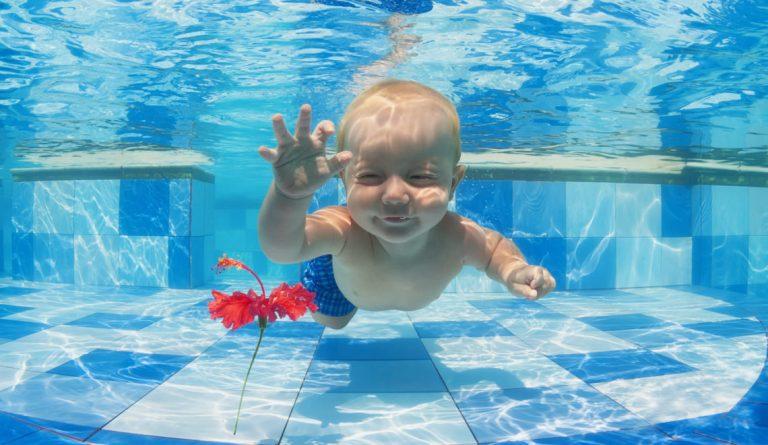 Rodzinna wizyta na pływalni to świetny pomysł. Zobacz wideo!