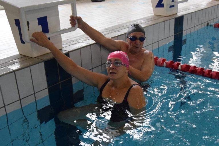 Pływanie – idealna forma rekreacji dla seniorów (wideo)